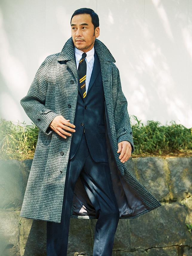 <p><strong>Tweed Coat</strong></p> <p>たっぷりとしたツイードコート。全体の色数を極力絞ってクールさを意識しつつ、パネルストライプタイでヒネリを。</p>
