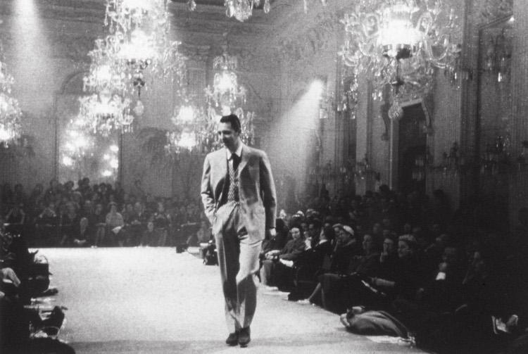 <p><strong>【注目トピックス2】【注目トピックス2】ブリオーニがピッティ宮殿にてコレクションを発表</strong></br></p> <p>1952年、フィレンツェのピッティ宮殿の中にあるサラビアンカで史上初のメンズファッションショーとして行われたブリオーニのショーの様子。</p>