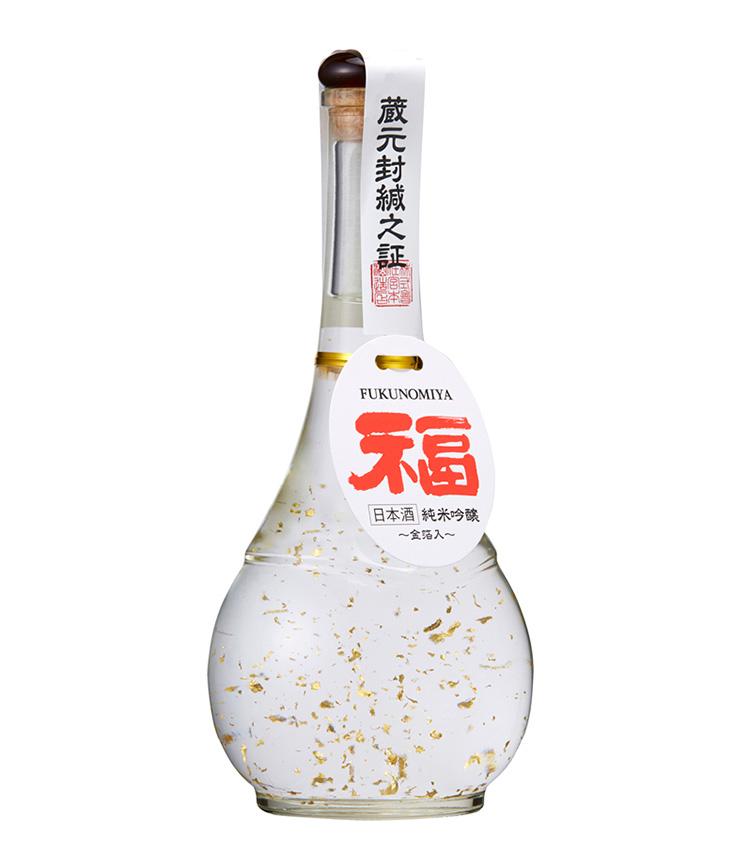 <p>宮本酒造店/「夢醸 純米吟醸『福』金箔入」<br /> すぐ目に飛び込む真っ赤な「福」の字と、ボトルの中で優美に舞う加賀百万石伝統の金箔が、見た目にもおめでたい祝い酒。石川は加賀の大地に育まれた契約栽培の酒米を使用した、やや辛口でバランスの良い純米吟醸酒。凛々しくもやわらかな味わいが特徴だ。2750円(税込)</p>