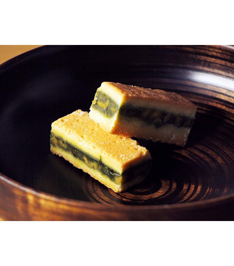 <p><strong>日本茶菓SANOAH/「キャラメルサンドクッキー胡桃抹茶」</strong><br /> 全国各地の日本茶を使用したスイーツ専門店「日本茶菓SANOAH」。伊勢丹限定の「キャラメルサンドクッキー胡桃抹茶」は、胡桃入りの抹茶キャラメルをクッキーで挟んだ一品。ほろ苦さと甘さが絶妙なバランスの抹茶キャラメルとサクサクのクッキー生地、そして胡桃の歯応えが楽しい。賞味期間は製造日より常温で60日。5個入り2160円(税込)</p>