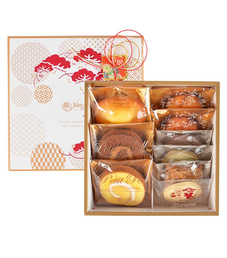 <p><strong>メゾン・ド・モンシェール/「迎春包みM」</strong><br /> 縁起の良い松の柄をあしらったパッケージに、人気の焼き菓子とネズミの干支「子」をプリントしたクッキーの詰め合わせ。まさに新年のご挨拶にふさわしい華やかな手土産だ。堂島マドレーヌやフィナンシェ、フロランタンなど、9種類の菓子をセットに。2160円(税込)<br /> 販売期間:12月26日(木)〜なくなり次第終了<br /> 賞味期間:製造日より常温で35 日</p>