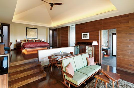 <p>室内はジョージ・ナカシマのイスやテーブルが配されており、壁面に飾ら<br /> れたモザイク画や調度品の数々も楽しめる。</p>