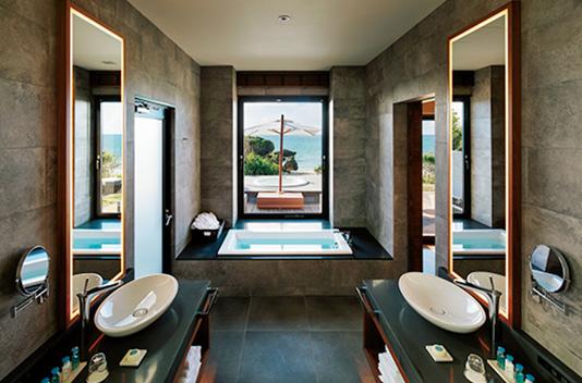 <p>広々としたバスルームから海が眺められるだけではなく、外のテラスにもジャグジーが設置されている。</p>