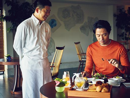 <p>シェフによる料理や食材の説明も。</p>