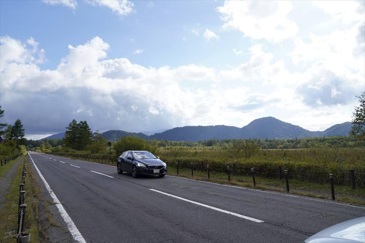 <p>ドイツ車のような硬質な走りとは異なる、ややソフト目な乗り味がボルボの特徴。決してスピードを出したくなるタイプのフィーリングではない。</p>