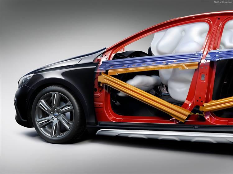 <p>衝突時の備えも充実しているボルボ。側面衝撃吸収死して無や横転保護システム、サイドエアバッグなどが全モデルに標準装備されている。</p>