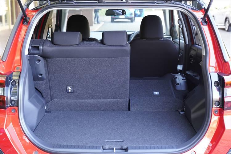 <p>荷室容量は369L。2WDモデルではデッキボード下にも80Lを収納でき、449Lを積載可能(4WDの場合407L)。</p>