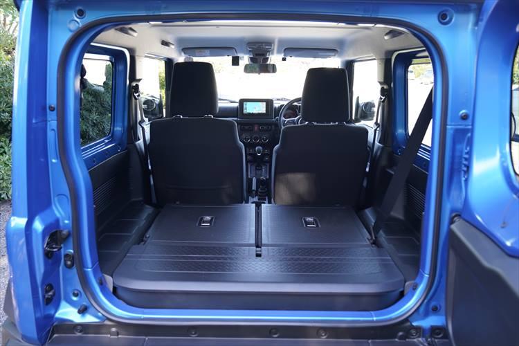 <p>荷室はボディサイズを考えると妥当な容量。4名乗車時では限られたスペースになるので、可倒式シートの有効活用が必要となる。</p>