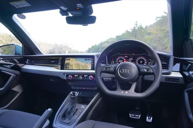 <p>ナビの画面などを含めたセンタークラスターを運転手側に傾斜させたデザインを採用。エアコン吹き出し口、操作スイッチ類など質感の高さも特徴。</p>