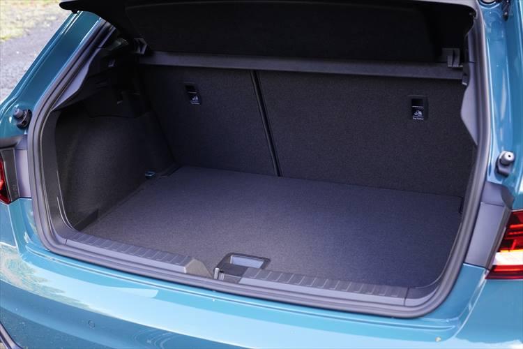 <p>荷室は先代よりも65L拡大。普段の買い物、小旅行ぐらいなら問題なくこなせる。後席は一般的な分割式可倒シート。</p>
