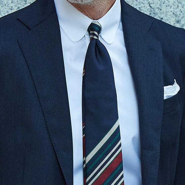 <p><strong>3位<br />紺スーツ×白シャツをいつもより洒脱に見せるテク</strong><br />いつもの紺スーツに白シャツ。ビジネススタイルの基本中の基本ともいえるこの組み合わせを、いつもより少し洒脱に見せるには? 同じ白無地でも、襟型を変えるだけで印象は随分変わる。いつものレギュラーカラーからラウンドタブカラーにするだけで、ぐっとお洒落な印象に。そして合わせるネクタイも、紺ベースでありながらストライプの間隔がランダムになったパネルタイをチョイスしてみよう。ネクタイ1つ変えるだけでも、かなりインパクトある胸元が完成する。</p>