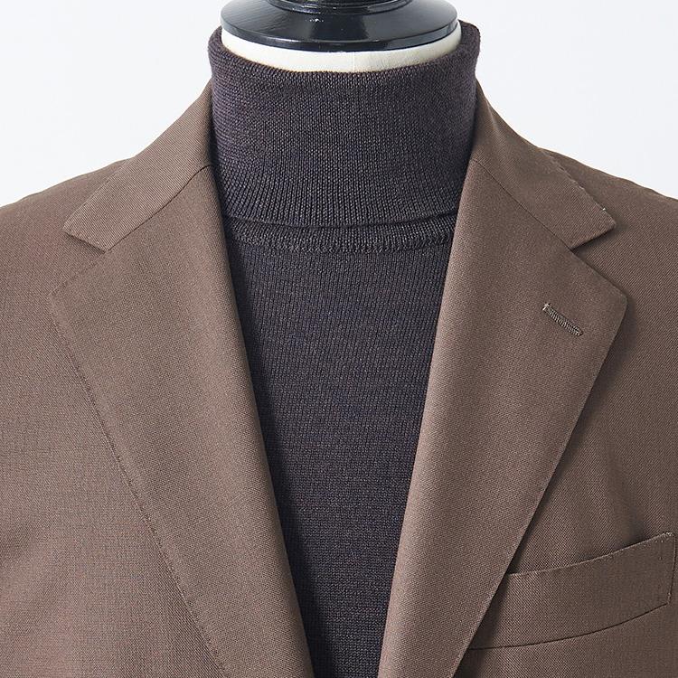 <p><strong>4位<br />「ジャケット×タートル」合わせのコツは?</strong><br />スーツやジャケットのインナーにタートルネックを合わせるとき、簡単にお洒落に見える合わせは? 紺やグレーのベーシック色に濃色のタートルネックは鉄板的にきちんと見えるが、より洒脱な印象に見せるなら少し明るめのブラウンジャケットをチョイスしてみよう。ここにダークブラウンのハイゲージタートルで茶のグラデーションを作ると、落ち着きとモダンさが同居した洒落度の高い胸元が完成する。</p>