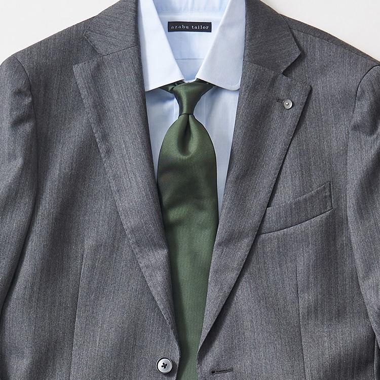 <p><strong>5位<br />グレースーツをいつもと違った印象に見せるには?</strong><br />いつものグレースーツに白シャツ、シンプルな組み合わせで、もう少し雰囲気を変えるなら? 紺ベースのネクタイだとありがちなので、グリーンベースのネクタイを持ってくると新鮮な印象が強まる。大剣の下のほうだけストライプ柄になったパネルタイなどを選べば、ジャケットの前を開けたときにも存在感が増す。</p>