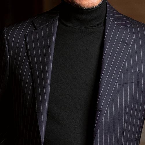 <p><strong>7位<br />休日スーツをシックに着るなら、こんなインナーが◎</strong><br />普段仕事で着ているスーツを休日にも活用したいとき、どんなインナーを合わせたらよいか? シャツにタイドアップだとあまり平日と差が出ないし、ノータイでシャツを合わせてもなんだか間延びしてしまう。そこでオススメなのが、黒のハイゲージタートルネック。襟元が詰まって開きがない分きちんとした印象になり、また色みも全体的にダークトーンでシックな雰囲気にまとまる。<br /><small>(2020年1・2月号掲載)</small></p>