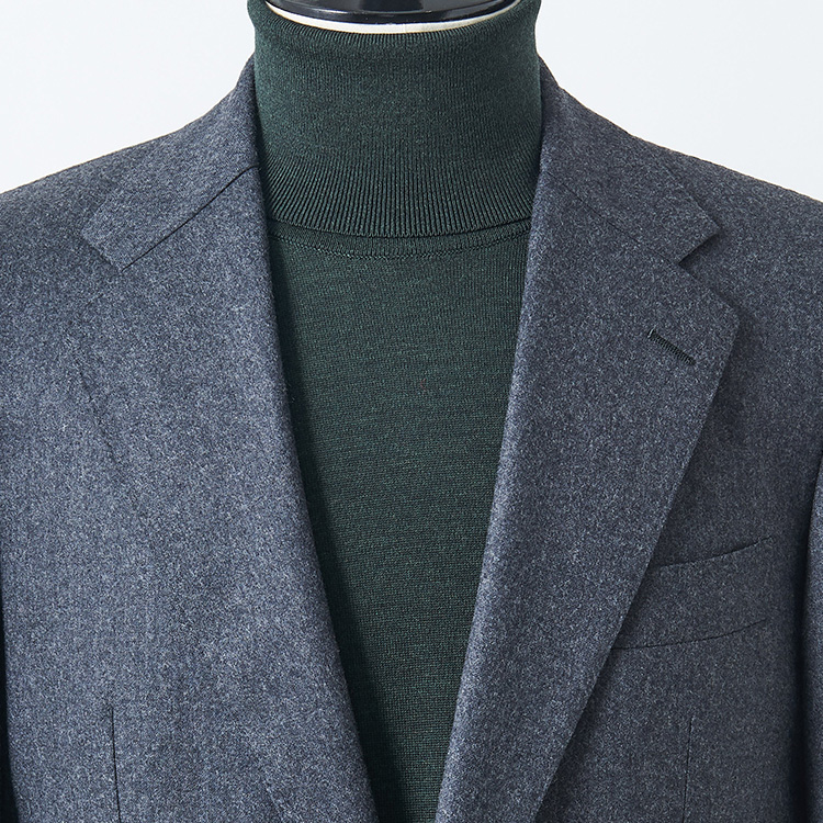 <p><strong>8位<br />いつものスーツを休日にも着こなすコツ</strong><br />いつものグレースーツを、休日にも着こなすにはどんなインナーを合わせるとよいか? シャツをノータイで着るという手もあるが、それだとネクタイがない分、胸元が寒々しく見えることも。そこでおすすめなのが、ハイゲージのタートルニット。首が詰まっているのでだらしなく見えず、濃色のものを合わせるとよりシックな印象に。写真のような渋めのグリーンなどは、少し色気や洒落感も感じさせ、休日らしい雰囲気を醸し出せる。</p>