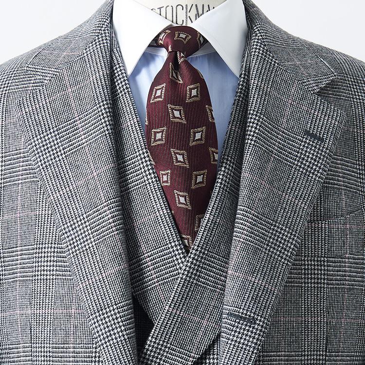 <p><strong>9位<br />スリーピーススーツでさらに貫禄を出すには?</strong><br />会議やプレゼンなどで貫禄を出して見せたいときには、どっしりとしたスリーピーススーツが有効だ。中のベストは、シングルでも十分カッチリ見えるが、さらに力強い雰囲気を出したい場合には、ラペル付きのダブルブレスにしてみよう。合わせるシャツはクレリック、ネクタイはボルドーカラーの小紋柄でクラシックな雰囲気に。胸元全体に存在感が増し、落ち着いた印象にまとまる。</p>