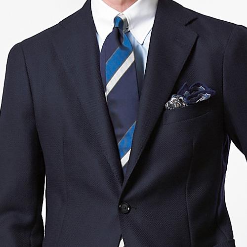 <p><strong>10位<br />紺ブレを爽やかに見せるコツは?</strong><br />紺ブレを爽やかに見せるには? 一番簡単なのは、シャツもネクタイもブルー系で、ブルーグラデーションでまとめることだ。そこに少し洒落感を出すならば、シャツはサックス無地でなくタブカラーのクレリックシャツにしてみよう。また、ネクタイはブルー×白のストライプ柄に。シャツの白襟とネクタイの白ストライプが、顔回りをきりっと引き立たせてより爽やかに見せてくれる。<br /><small>(2020年1・2月号掲載)</small></p>