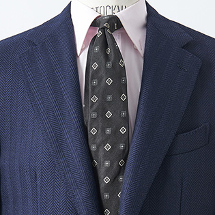 いつもの紺スーツを洒脱に見せるには?【1分で出来るスーツのお洒落】