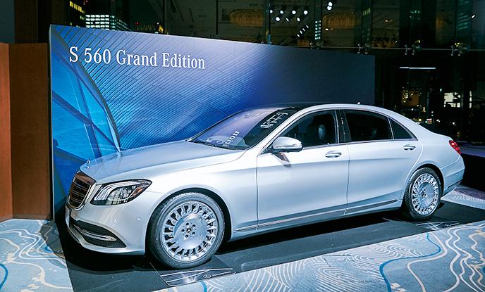 <p>メルセデス・ベンツの名車が会場内にディスプレイされ、空間をラグジュアリーに彩った。<figcaption>写真:S Class Grand Edition</figcaption>