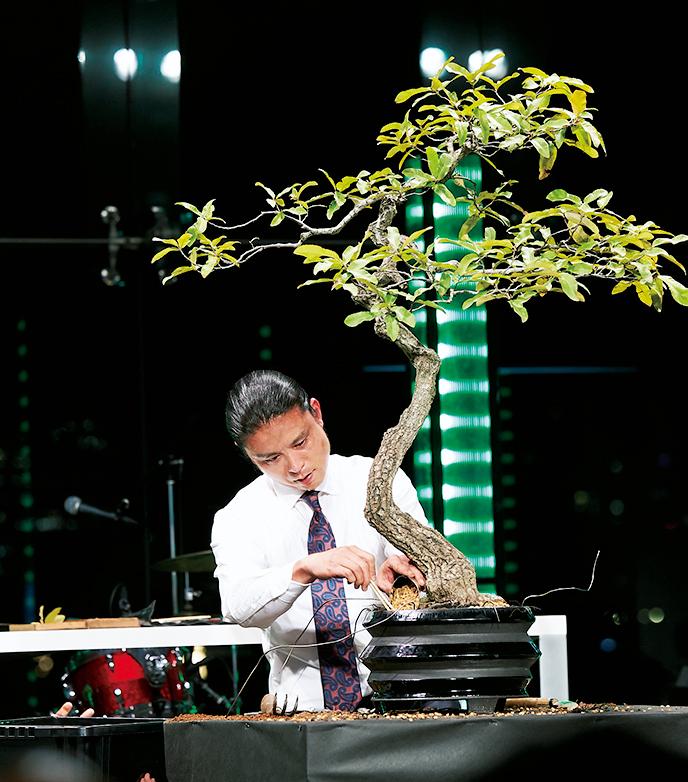 <p><strong>Performance</strong><br /> 受賞者の1人、盆栽師・平尾さんが第2部オープニングに盆栽のパフォーマンスを披露。スーツで魅せる芸術的な動きに注目が集まった。</p>