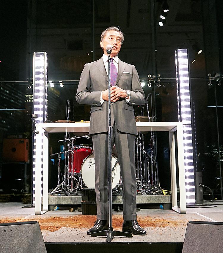 <p>乾杯の挨拶は、昨年の受賞者、ファミリーマートの澤田貴司社長。今年も素敵なスーツスタイルで、パーティの開始を景気づけてくれた。</p>