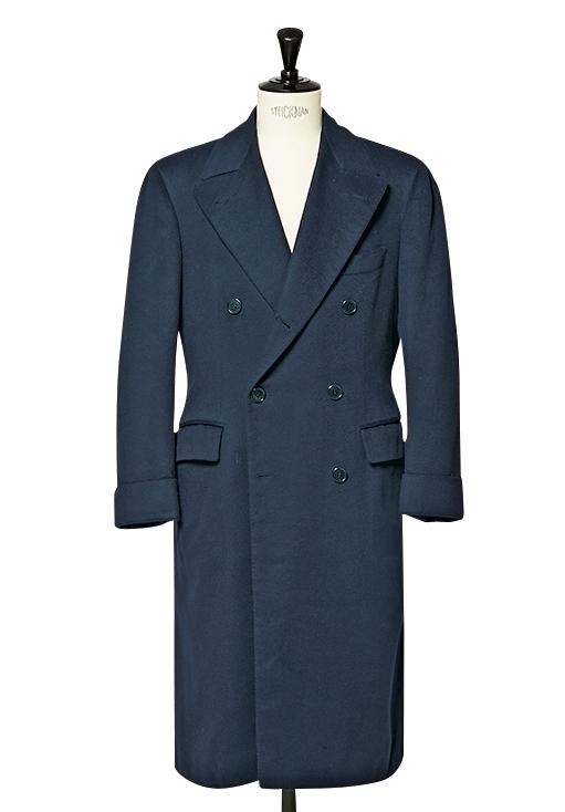 <p><strong>コートも独特の作風</strong><br /> 写真は池田さんが2001年にオーダーしたコート。英国ハリソン社のカシミア100%生地を使用。「普通これだけ肩が広いと生地がカーテンみたいに落ちるのに、綺麗なシルエットを築き、ドレープも美しいのがすごい。ちなみに肩が広いのは、袖を通さず肩からバサッとかけた着こなしも想定しているからです」(池田氏)</p>