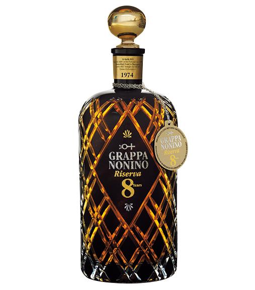 <p><strong>Grappa[グラッパ]<br /> 濃厚でなめらかな味わいが魅力</strong><br /> 伊産ポマースブランデーの代表格グラッパ。こちらは単一畑でとれたブドウの搾り滓を原料とし、8年熟成させた極上品。「ノニーノ グラッパ・リゼルヴァ・オット・アンニ」1万7000円(モンテ物産)</p>