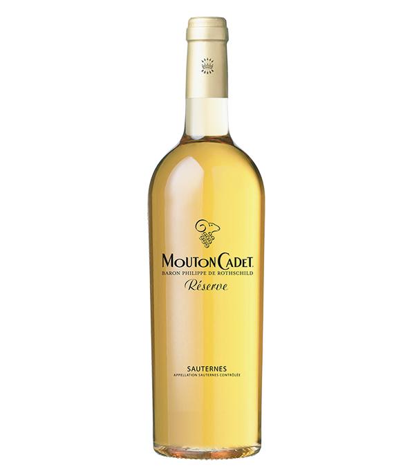 <p><strong>Pourriture Noble[貴腐ワイン]<br /> 特有の芳香と豊かな甘みが魅力</strong><br /> 濃厚な香りと風味が特徴のデザートワイン。糖度の高い貴腐ブドウを原料とする。「バロン・フィリップ・ド・ロスチャイルド ムートン・カデ・レゼルヴ・ソーテルヌ2017」750ml 4800円(エノテカ)</p>