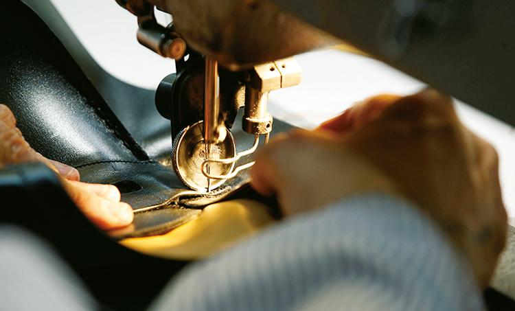 <p><strong>【真髄2】<br /> 高い技術による端正なステッチ</strong><br /> 「ステッチの端正さは美しい靴の佇まいに繋がり非常に重要です。特に甲のモカ縫いは難しく、専用の機械で早く美しく仕上げるには熟練の技術が必要です」</p>