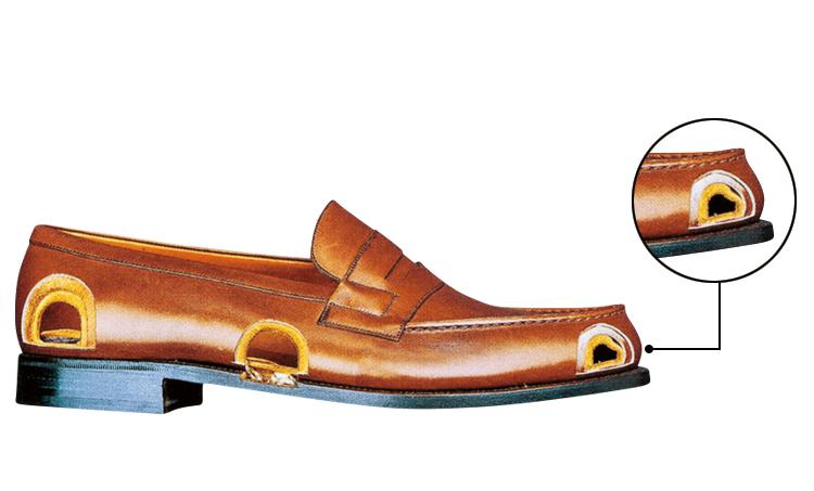 <p><strong>【真髄3】<br /> 内部構造も履きやすく工夫</strong><br /> 「トウとヒールを保形する芯地のレザーも少し薄く加工することで、トウとヒールが硬くなるのを防ぎ、履きやすさを向上させています。こうした内部素材にまでひと手間を加えるこだわりは流石。中央部分は靴の返りを妨げないよう、逆に芯地を省きます」</p>