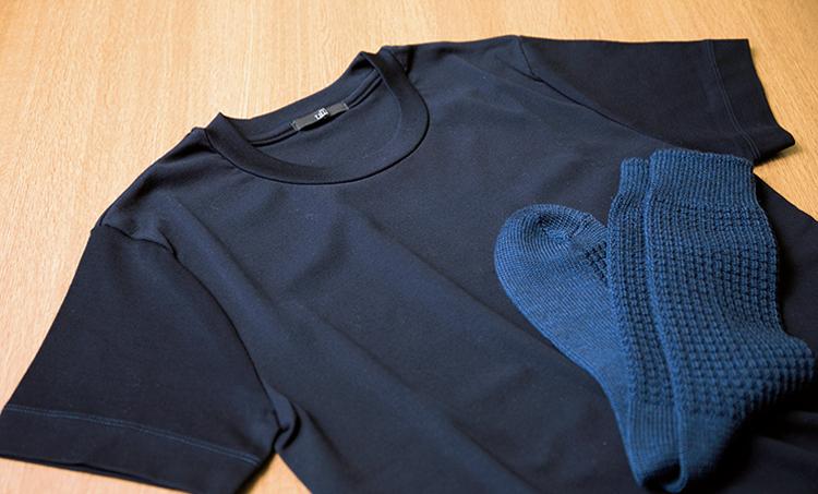 <p><strong>Tシャツの素材感も重要</strong><br /> 今回はご本人のTシャツを使用したが、仕事時のTシャツは、上品さや凛々しさを湛える肉厚で滑らかな素材感が好ましい。靴下の色も揃えれば、より統一感のある落ち着いた印象に。Tシャツ1万5000円/オーカトランク(テイラーアンドクロース) 靴下2500円/パラブーツ(パラブーツ青山店)</p>
