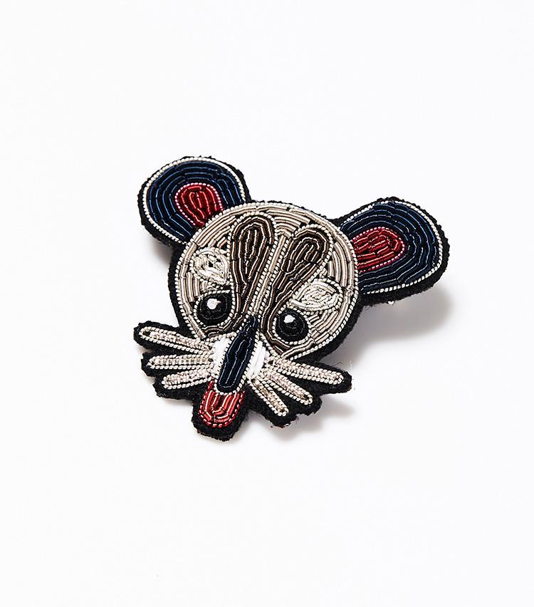 <p><strong>マコン&レスコア</strong><br /> フランス・パリ発の刺繍ビジューブランドのアイコンである刺繍ブローチ。伝統的なヨーロッパの刺繍技術を用いて、フェルト地の上に手刺繍を施して製作されているそう。正確な刺繍技術が求められる軍隊の階級章からインスピレーションを得て、全てパキスタンの自社アトリエで制作されている。立体感ある作りとつやのある素材の美しさが上品だ。休日ジャケットやコートのラペルピンとして、また鞄などにつけるだけで、さりげないおしゃれを楽しめそうだ。6200円(阪急メンズ東京)</p>