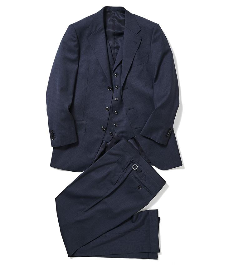 <p><strong>1.麻布テーラーのスリーピーススーツ</strong><br /> 紺無地感覚の千鳥格子柄が洒落ているジャケット、ベスト、パンツのセット。ベストは襟付き、パンツはサイドアジャスター付きの2タック入りとクラシックな作りなので、トレンド不問で長く愛用できる。オーダースーツは約4万円〜、納期は約4週間〜。8万円〈オーダー価格〉(麻布テーラースクエア二子玉川店)</p>