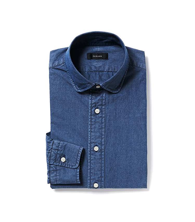 <p><strong>7.アール&ブルースのインディゴシャツ</strong></p> <p>麻布テーラーが手掛けるアール&ブルースには、お洒落な大人のカジュアルが揃う。定番のインディゴシャツも丸襟ならカジュアルすぎず、新鮮味も打ち出せる。1万8000円〈オーダー価格〉(麻布テーラースクエア二子玉川店)</p>