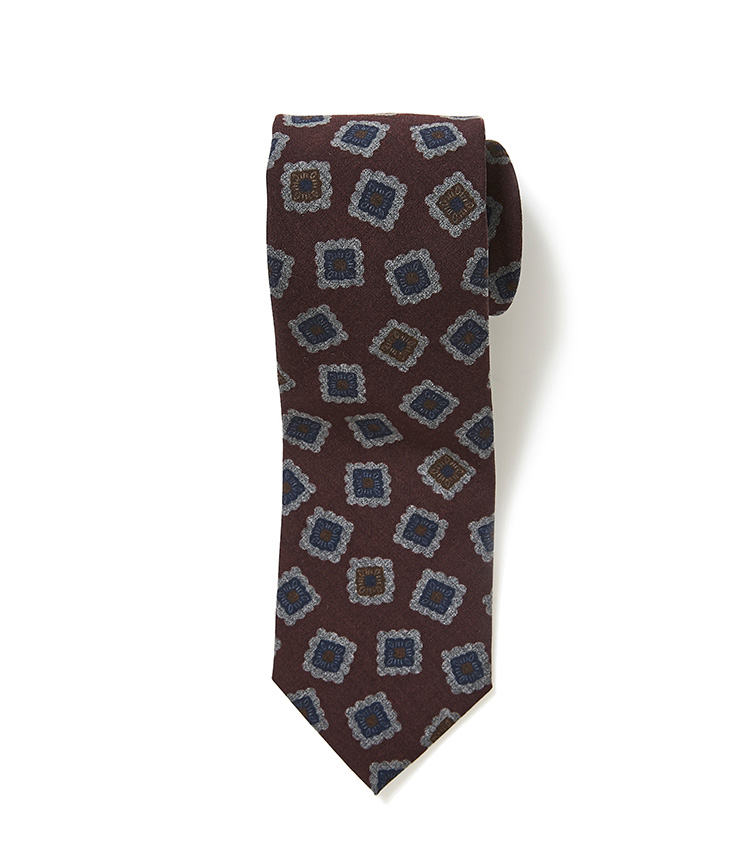 <p><strong>9.麻布テーラーのバーガンディ小紋ネクタイ</strong></p> <p>イタリアで織り上げた、温かみのあるウールを使用。シックなバーガンディを基調とする、かすれたような柄行きは、どんなスーツにも馴染みがいい。9000円(麻布テーラースクエア二子玉川店)</p>