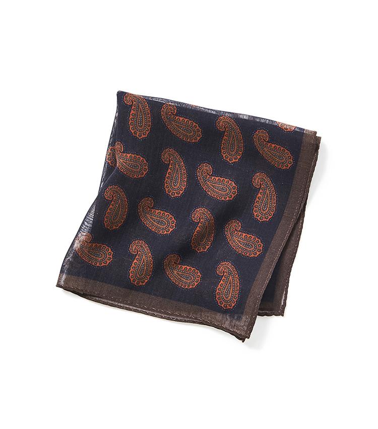 <p><strong>11.麻布テーラーのペイズリーチーフ</strong></p> <p>ウール×シルクの混紡チーフは、ウールやベルベットといった冬素材のジャケットと馴染みがいい。こちらのペイズリー柄チーフは縁取りもされているため、挿し方で印象を変えられる。3500円(麻布テーラースクエア二子玉川店)</p>