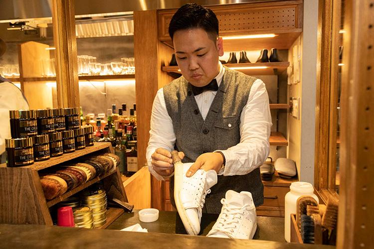 <p>今回スニーカーを磨いてくれた職人さんは、この店の店長を務める赤塚 誠さん。自宅にシューバーを設けるほどの靴磨き好きが高じて、ブリフトアッシュの門を叩いた。長谷川さんも全幅の信頼を置くシューシャイナーだ。</p>