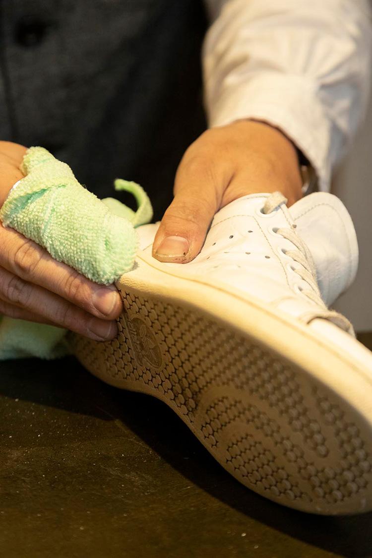 <p>続いて布にクリームを取り、汚れを落としながら磨いていく。このクリームはスニーカーに特化した新開発のオリジナル。残念ながら非売品。</p>