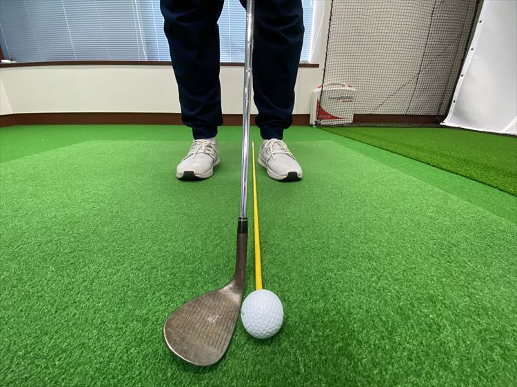 ボールの位置は、左足寄りにセット