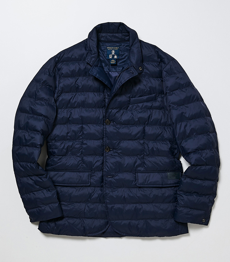 <p><strong>ポロ ゴルフ</strong></br>フロントはファスナーとボタンによって、2通りの着こなしが楽しめるキルティングジャケット。フラップ付きの腰ポケットにフロントカットやサイドベンツなど、フロントボタンの留め方によってジャケットライクに着こなせる。ストレッチ性に優れた中綿入りのポリエステル素材は、軽量で保温性にも優れる。ラウンド用のアウターとしてはもちろん、行き帰りのスポーティなジャケット使いもできる。3万9000円(ラルフ ローレン)︎</p>