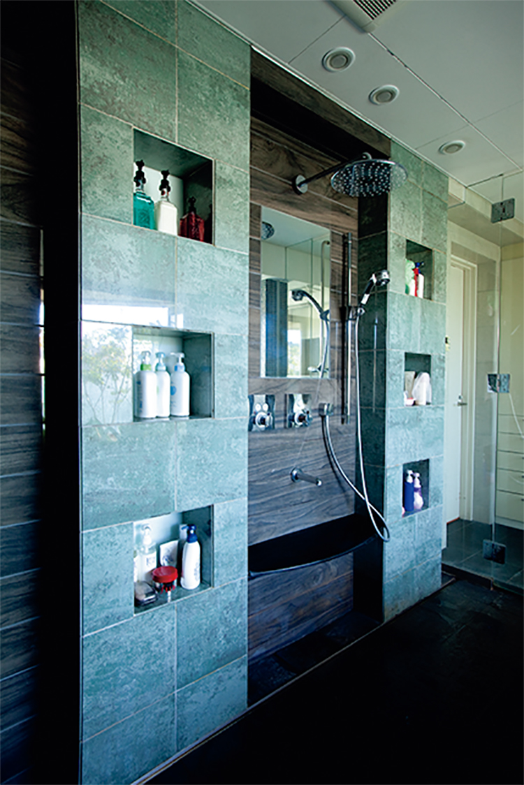 浴室内にある6つの収納棚
