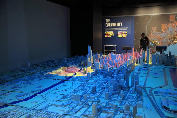 世界一高い建造物であるブルジュ・ハリファに至るスケールモデル