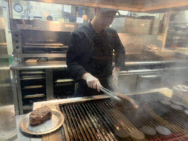 <p>名物のグリル料理。豪快に焼く様子が食欲をそそる</p>