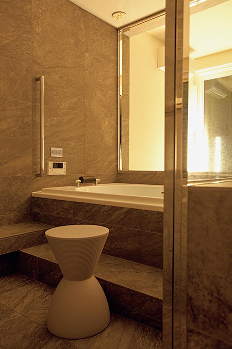 <p>「東京ステーションホテルのバスルームで使われていてよかったので」と選んだバスチェアは、フィリップ・スタルクの樹脂製スツール。</p>