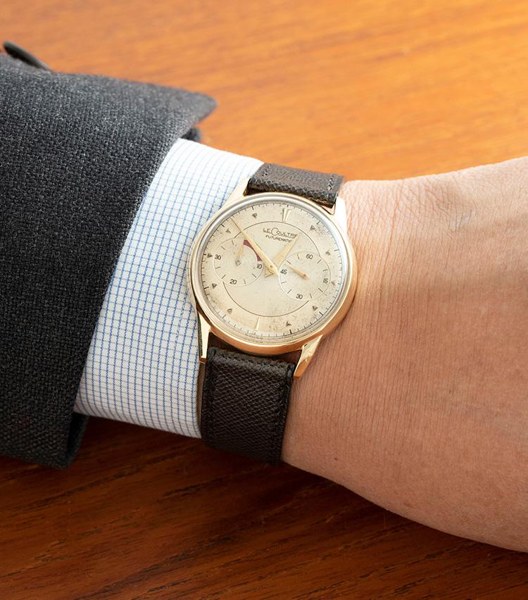 <p><strong>ルクルト 「フューチャーマチック」1950年代</strong><br />ジャガー・ルクルトが北米市場向けにかつて販売していた「ルクルト」ブランドからの一本。同社初の自動巻き時計として発表された「フューチャーマチック」だ。パワーリザーブ針(左)とスモールセコンド(右)を左右対称に配置したデザインが印象的。美しいエイジング具合によっていっそう風格を増している。自動巻きながら34.5mmと小ぶりなのも魅力だ。48万円</p>