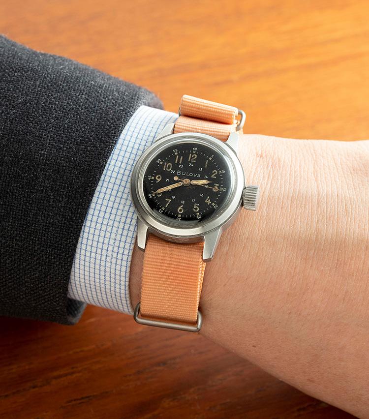 <p><strong>ブローバ 「TYPE A-17」1940年代</strong><br />アメリカの老舗時計ブランドからの一本。こちらは第二次世界大戦時、米国陸軍に採用されていた「TYPE A-17」と呼ばれるモデルで、インデックスの内側に24時間表記、外側に60秒表記を備えているのが特徴的。針と数字部分の夜光塗料はブラウンにエイジングし、味わいを深めているのもポイントだ。こちらは32mmと英国軍ものより小さめ。8万円</p>