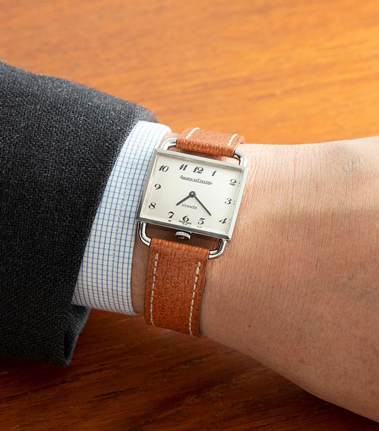 <p><strong>エルメス×ジャガー・ルクルト「エトリエ」 1960年代</strong><br />かつては様々な時計ブランドとコラボして時計を発表していたエルメスだが、ジャガー・ルクルトとのダブルネームによるこちらはハイエンドコレクションのひとつとして展開されていたもの。ベースはルクルトの「エトリエ」だが、エルメス流に細かなアレンジが施されている。非常に綺麗な状態の白文字盤に、上品なブレゲ数字が印象的だ。縦23.5(ラグ含めて35)×横28.5mm。68万円</p>