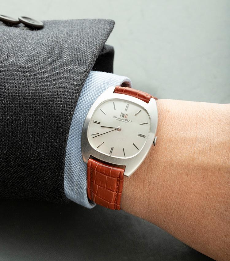 <p><strong>IWC 1971年</strong><br />「IWC」ロゴと「International Watch Co.」の筆記体ロゴが併記される1971年製の一本。ドレッシーな薄型のホワイトゴールドケースという、IWCとしては少々珍しいモデルだ。この時代らしいクッションケースもユニークで、サイズは縦35×横35㎜とヴィンテージウォッチとしては大きめ。手元で確かな存在感を放ってくれる。スーツ、ジャケパン、カジュアルと様々なスタイルに相性のいい顔つきだ。37万円</p>