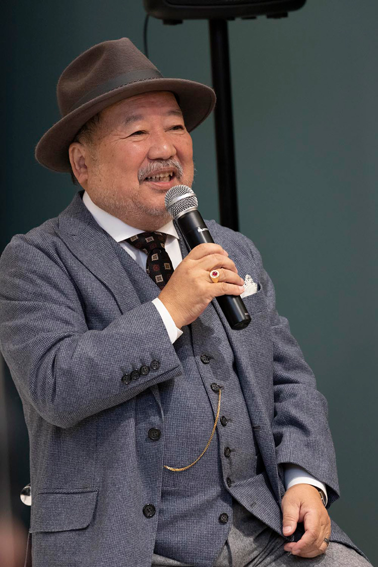 <p>クラシックな3ピーススーツに身を包んで登壇した松山氏。この日はポケットウォッチを身につけていた。</p>