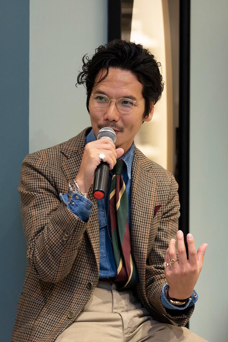 <p>西口氏はアメリカン・ブリティッシュを思わせる装いで登場。ヴィンテージのチノパンをミックスしているのが印象的だった。</p>